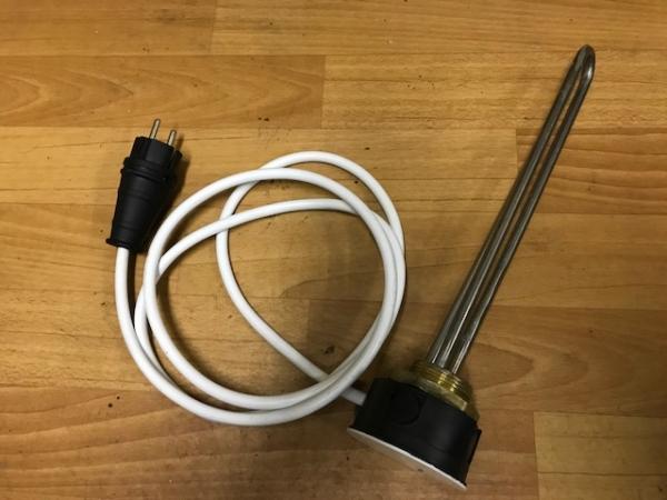 Электрический тэн с комплектом для установки в ёмкость для подогрева воды в зимний период времени.Тэн укомплектован проводом длинной в два метра,вилкой и коробкой.