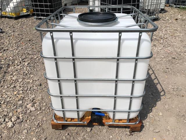 Ёмкость объёмом тысячу литров с подогревом ,идеально подойдёт на стройку,что бы не замёрзла вода с удобным широким заливным  отверстием и со сливным краном,дёшево.