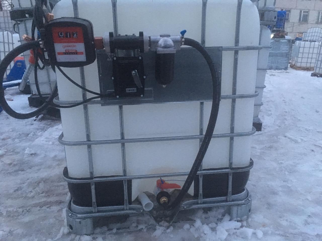 Пластиковая ёмкость объёмом тысячу литров с навесным топливным оборудованием для бензина,итальянского качества, в Москве по самой выгодной цене.
